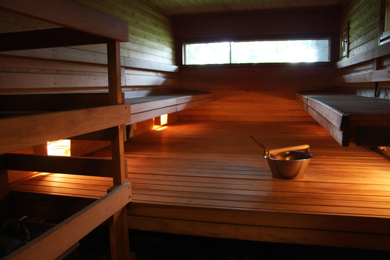 Takkahuone ja kaksi saunaa