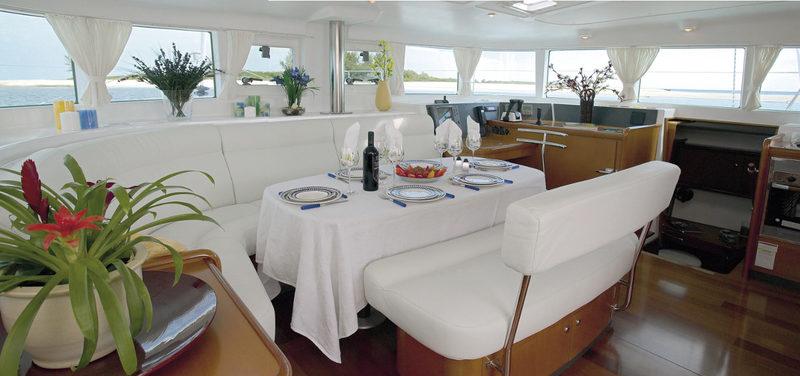 Väljät sisätilat - Katamaraanilla on tilaa kokoustaa ja syödä joko ulkona tai sisällä