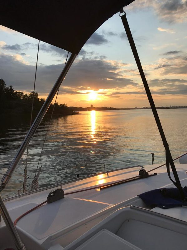 Auringonlaskun aikaan merellä