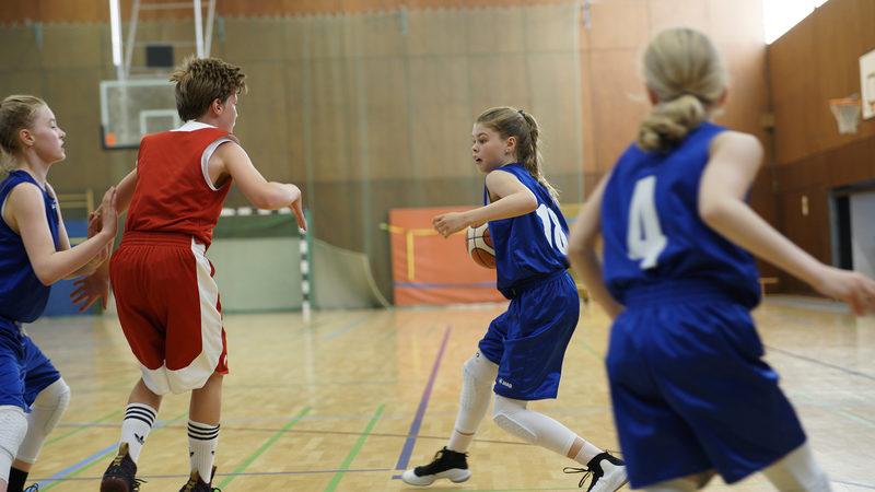 Tytöt - Pidetään pallo!
