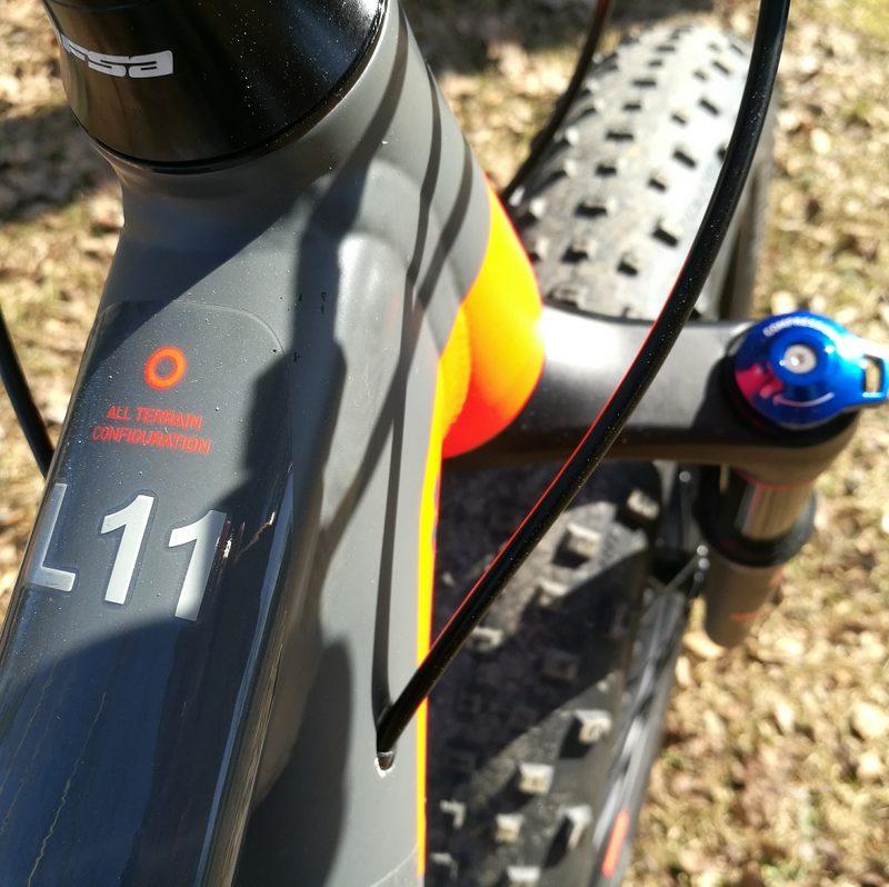 Etujousto fatbike Biking.fi vuokraus - Pyörät on merkitty koko- ja numeromerkinnällä.