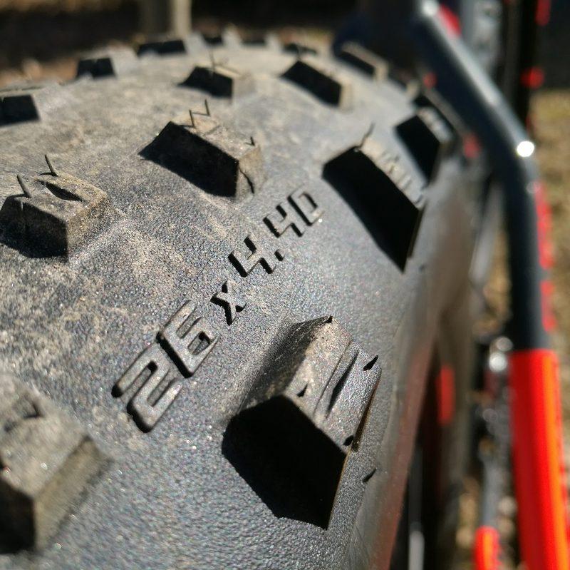 Rengas fatbike Biking.fi vuokraus - Rengaskoko on 26 x 4,40 eli kunnon fatbike moneen menoon.