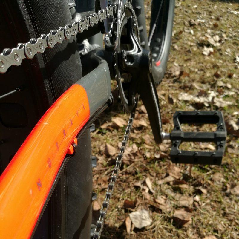 Cube Nutrail fatbike Biking.fi vuokraus - Laadukkaan pyörän tunnistat tyylikkäästä viimeistelystä. Pyörässä on isot polkimet, joissa jalat pysyvät hyvin paikallaan.