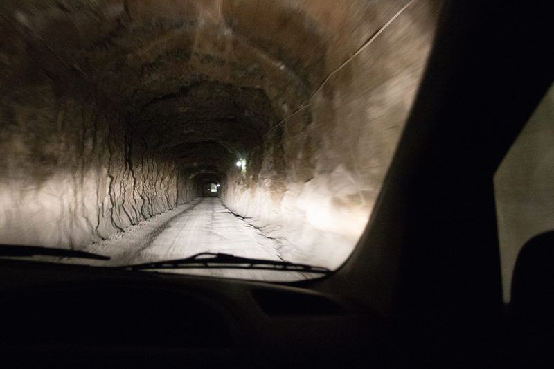 Ajoreitti maan alle - 80m maan alle kuljetaan ajoluiskaa pitkin invataksilla. Matka kestää kaikkinensa (kyytiin nosto ja lasku) noin 20 min. Samaa ajoluiskaa käyttävät NordKalkin kaivosmiehet, joten sen johdosta esteettömät kierrokset voivat olla klo. 14.00 alkaen.