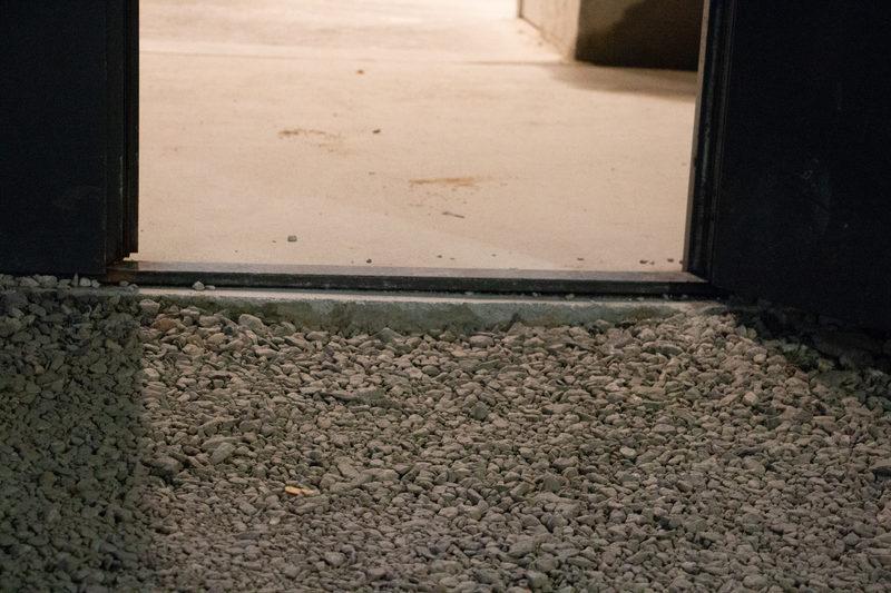 KONEen elämyshissin käytävä - Hissiaulaan johtava ovi sisältää noin 2 cm korkean kynnyksen. Koemme yhdessä KONEen elämyshissin matkasta.