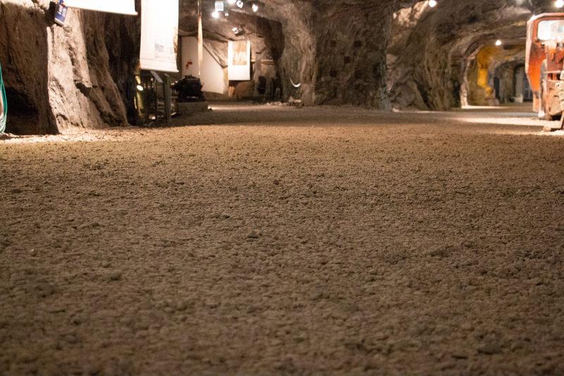 Kaivoskäytävän maaperä - Maaperä on sepeliä, käytävän keskiosassa hyvin pitkälti tallautunutta ajan saatossa