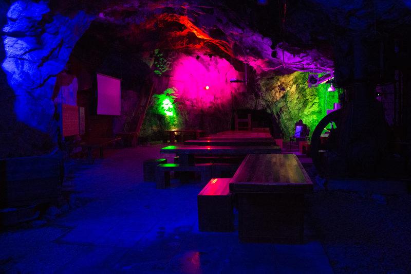 """Tytyri-sali - Maan alla Tytyrin Elämyskaivoksessa on ainutlaatuinen juhlatila Tytyri-sali, jossa salaisimmatkin kokoukset pysyvät kiven sisällä. Tytyri-sali tarjoaa ainutlaatuiset tilat 100 hengelle kokouksista, perhejuhliin ja unohtumattomiin illanviettoihin.  Tytyrisalissa nähdään upea, esteetön elämyskaivos-kierrokselle suunniteltu """"Vuorenpeikkojen Tanssi""""-valoshow"""