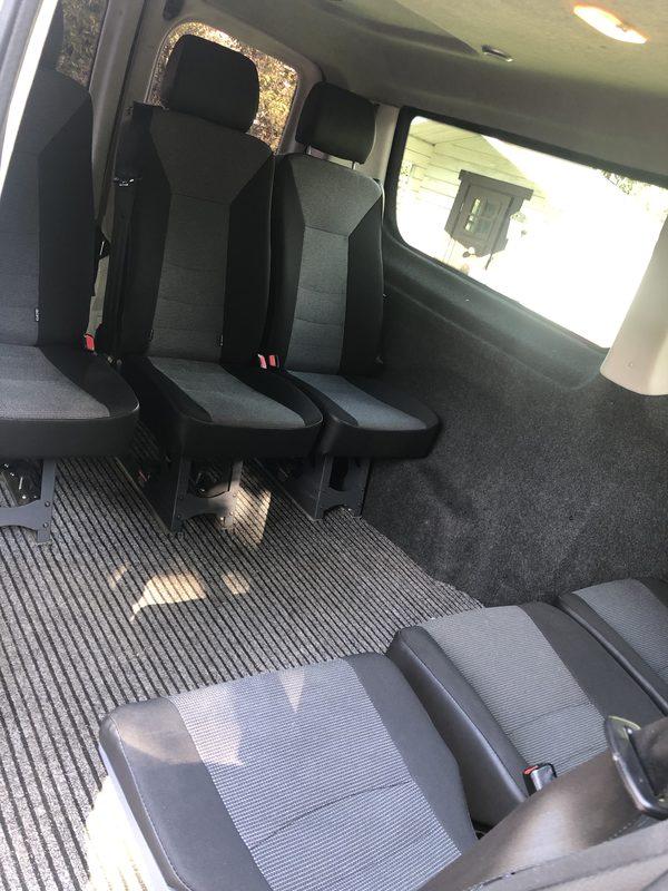 Eventti-biili sisältä - Eventti-biilin takaosassa on kuusi istumapaikkaa, sekä auton etuosassa kuljettajan lisäksi kaksi paikkaa. Yhteensä täten 8+1.