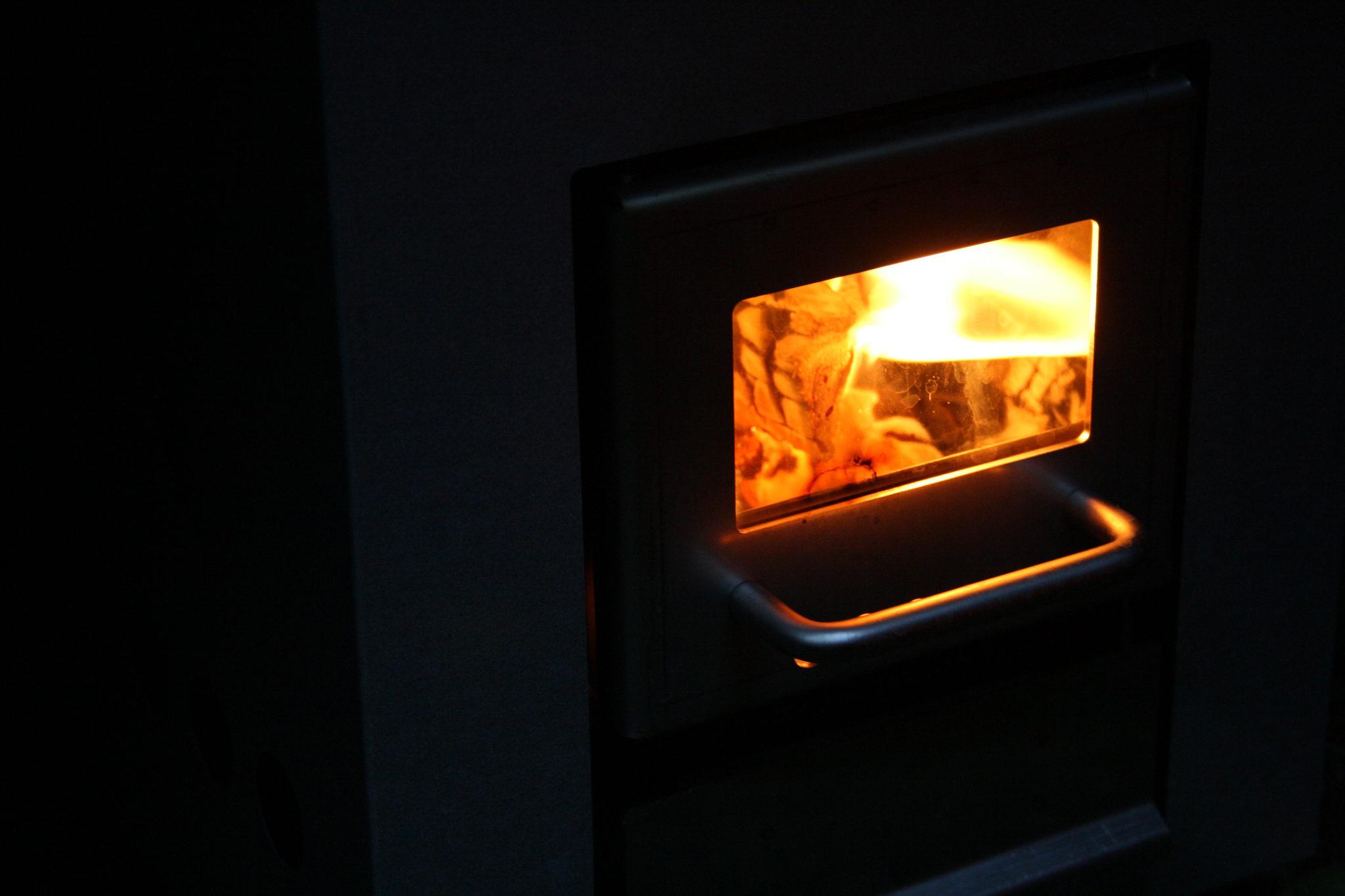 Kiukaan tulta tuijottaen...