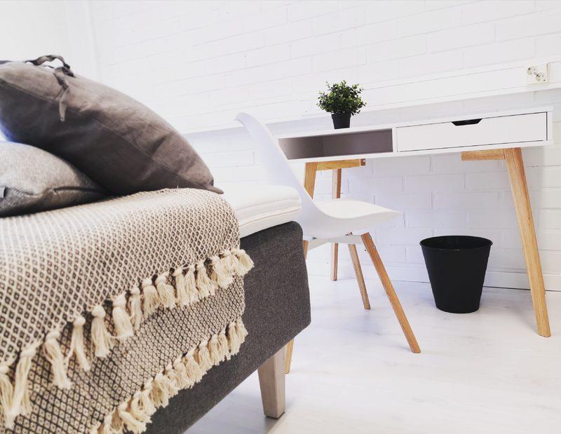 Kirjoituspöytä ja tuoli