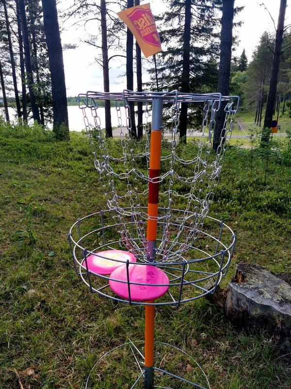 Frisbee golf liitoa pihallamme!