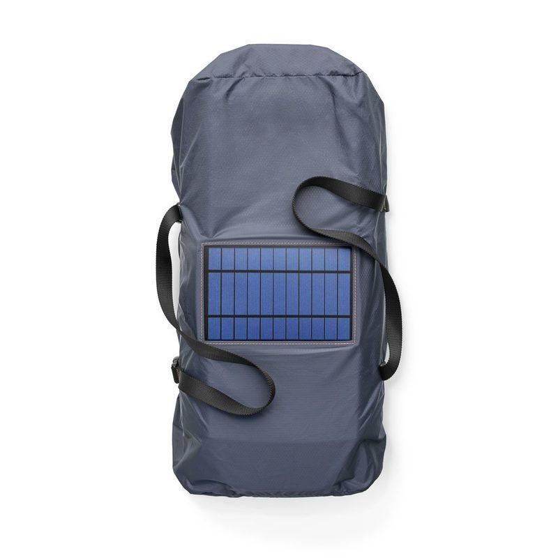 Kantolaukun aurinkopaneeli lataa keskusyksikön kuin itsestään.