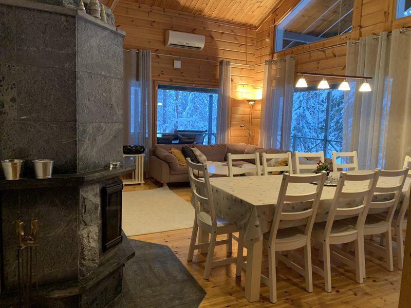 Olohuone - Olohuoneessa on takka, oleskelutila ja ruokapöytä.