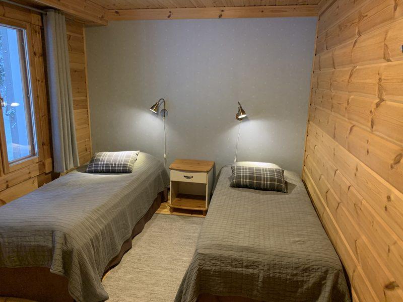 Makuuhuone 3 - Alakerrassa on kolme makuuhuonetta, joissa jokaisessa on kaksi erillistä vuodetta.