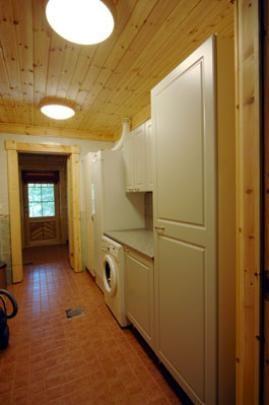 Kodinhoitohuone - Kodinhoitohuoneessa on pyykinpesukone ja kuivauskaappi.