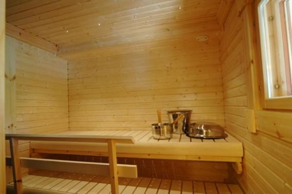 Sisäsauna - Sisällä on sauna, jonka laavukiukaan voi lämmittää puulla tai sähköllä