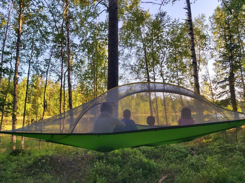 Yhden yön yöpyminen puussa järvenrannalla Valkeakoskella