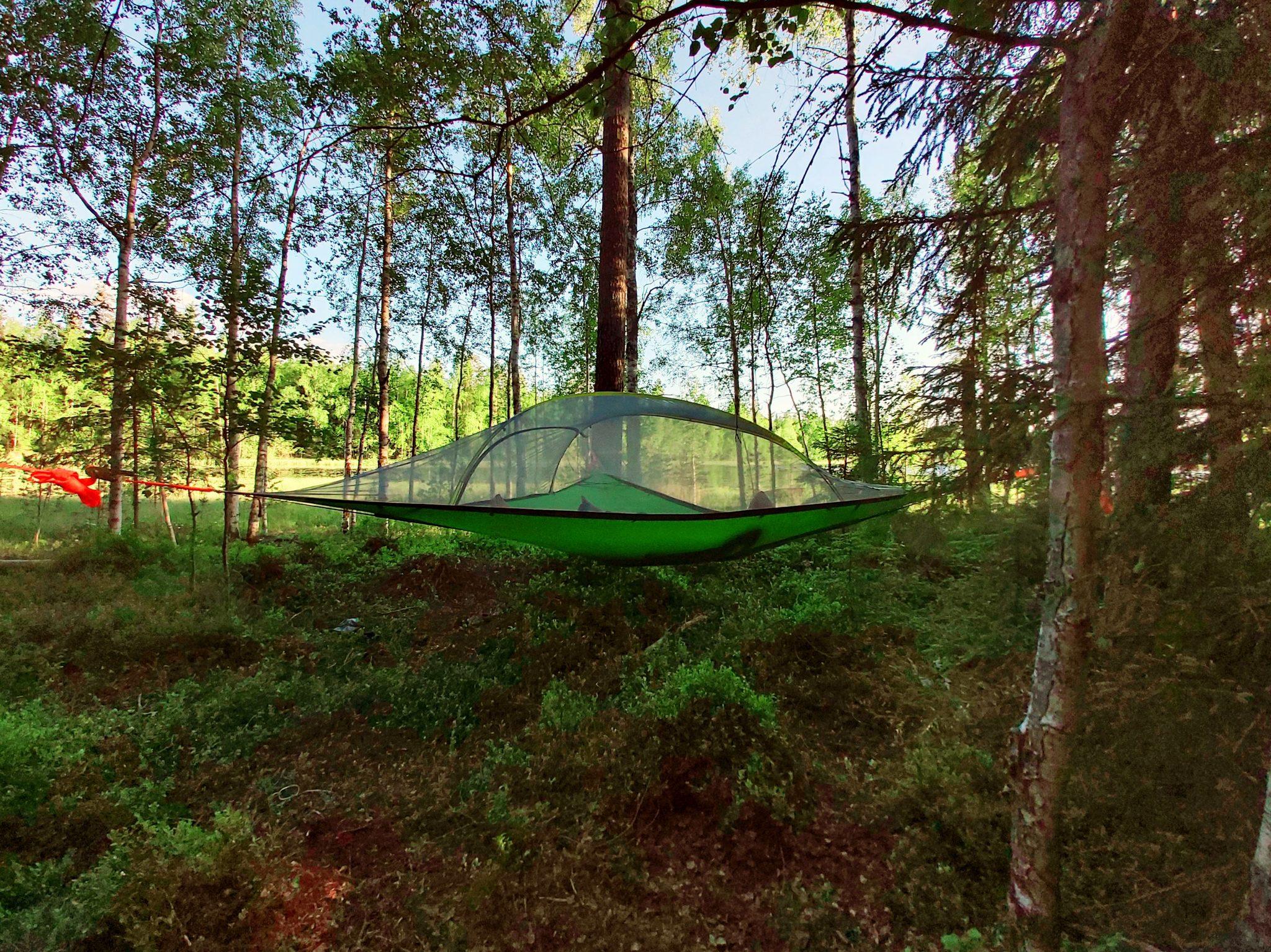 Yöpyminen teltassa puussa Valkeakoskella