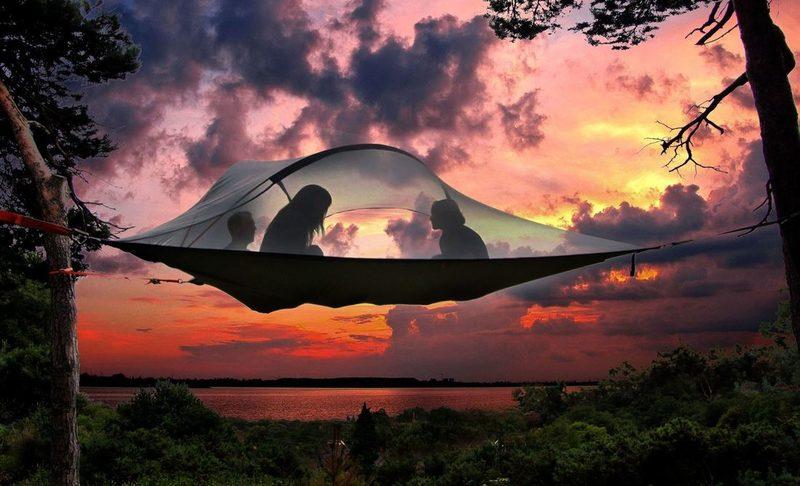 Tentsile Experience EcoCamp Nuuksio lahjakortti kesälle 2020 kahdelle. - Kaksi ihmistä Tentsilen sisällä auringonlaskussa.