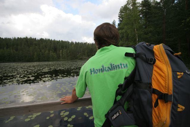 Honkalintu Oy- Ammattitaito ja turvallisuus - Markku Janhonen kurkistus lammelle reppu selässä