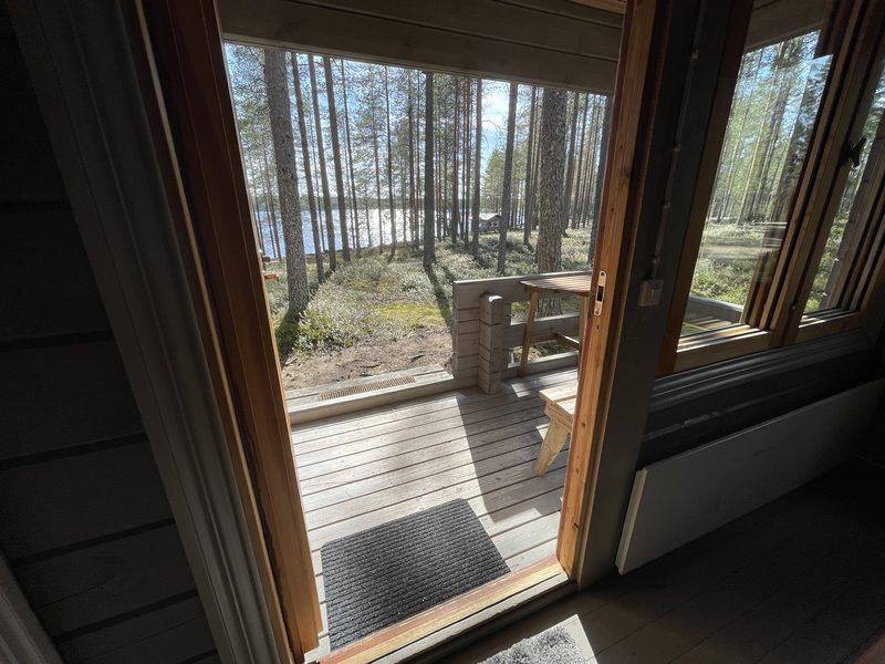 Puolukka mökki olohuone - Olohuoneen näkymä järvelle päin