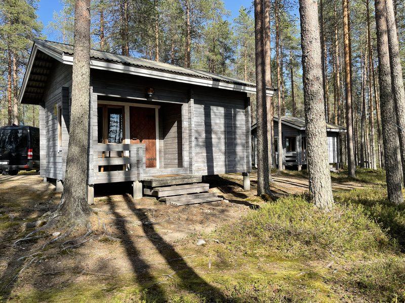 Puolukka mökki ulkoapäin - Puolukka Mökki on lähellä wc ja suihkutiloja.