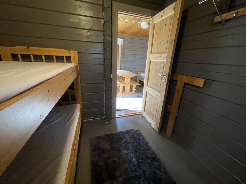 Makuuhuone - Makuuhuoneessa on kerrossänky, pimennysverho, sähköpatteri ja naulakko.
