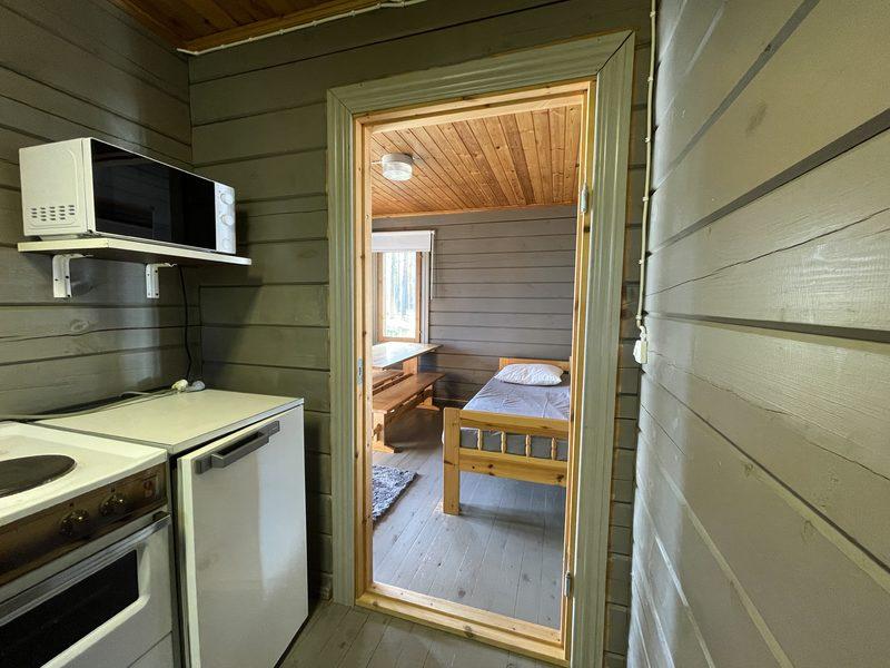 Keittiö - Minikeittiössä on jääkaappi, mikro, kaksi hellanlevyä, pieni uuni, tiskiallas, kuivauskaappi, keittiövaunussa ruoanlaittovälineet ja astiasto. Myös keittiössä on pimennysverho.