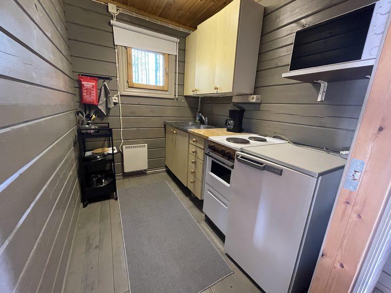 Keittiö - Minikeittiössä on jääkaappi, mikro, kaksi hellanlevyä, pieni uuni, tiskiallas, kuivauskaappi, keittiövaunussa ruoanlaittovälineet, astiasto ja sammutuspeite. Myös keittiössä on pimennysverho.
