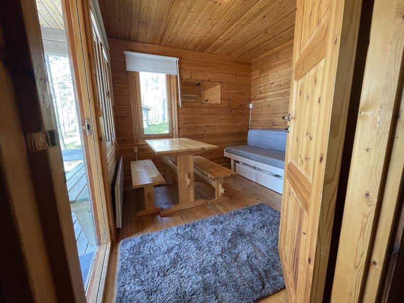 Hillan oleskelutila - Oleskelutilassa on ikkunat järvellepäin ja kaikissa mökin ikkunoissa on pimennysverhot.