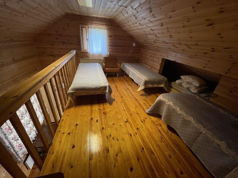 Makuuparvi - Yläkerran isolla makuuparvella runsasti tilaa vuoteille ja lisäpatjoille.