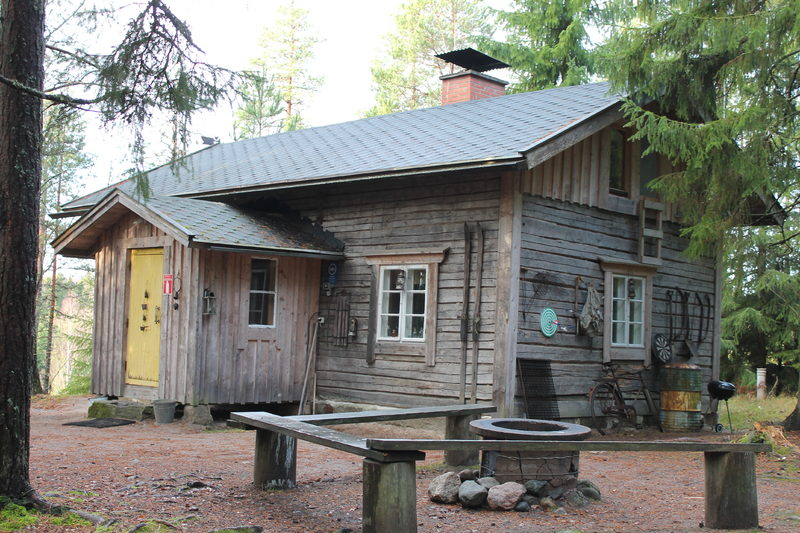 Torpan pihalla on nuotiopaikka, jossa voi grillata