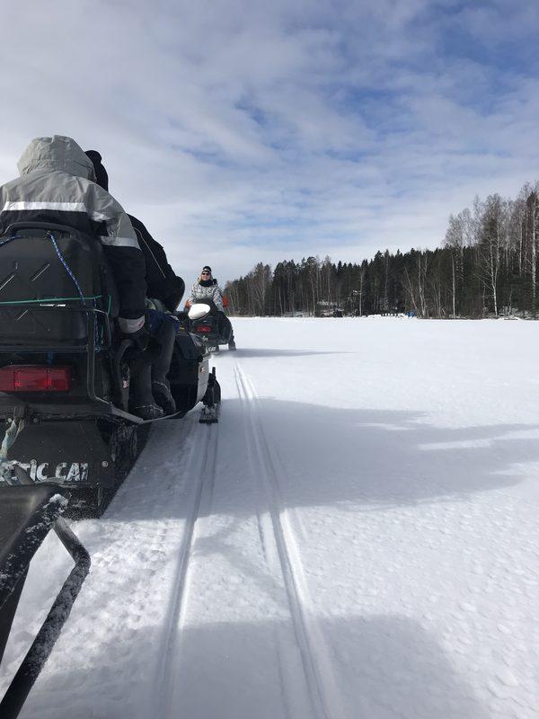 Talvella moottorikelkan perässä voidaan vetää vetoleluista osaa