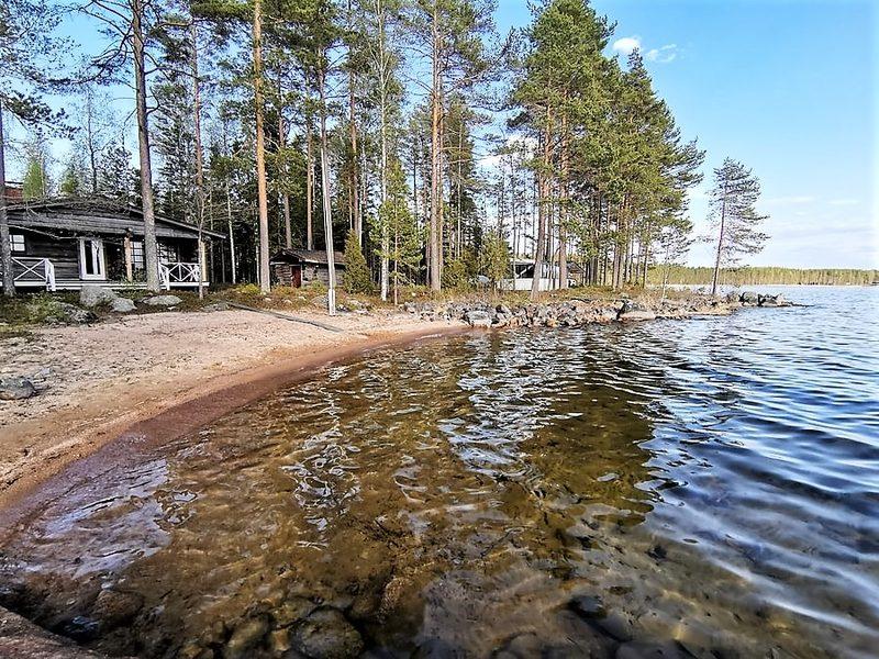 Päärakennus järveltä