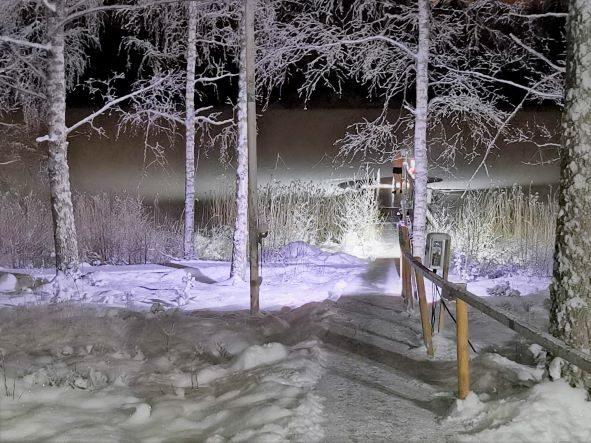Lastun Päätalosta näkymä talviselle avannolle