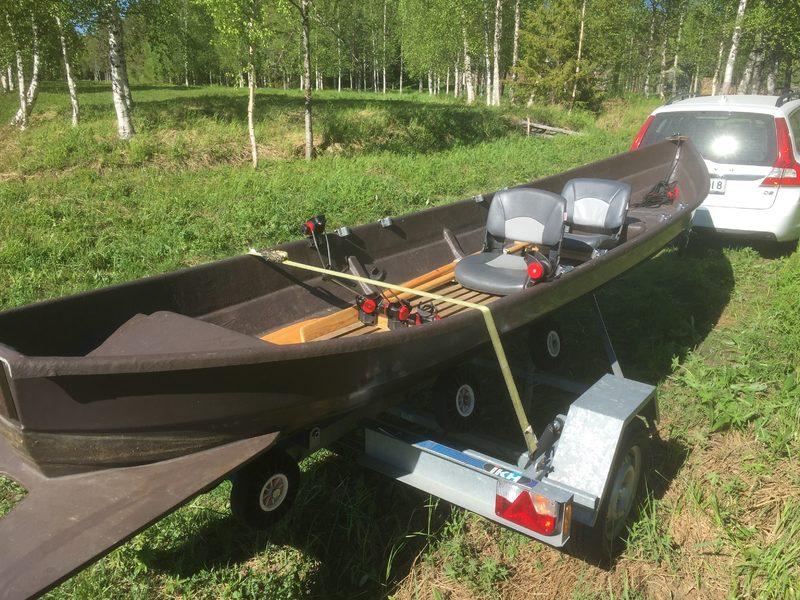 Täysvarusteltu jokivene trailerilla