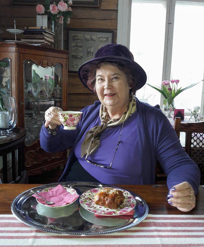 Arvon Rouva Hyasintti Puketti tulee vaikka kutsumattomana  häävieraana paikalle. Tai pitämään etikettikurssia! Welcome to Hyasintti Puketti's Candle Light Supper Also in English! Kielikylpy englanniksi: Picnic in the countryside Etiquette Afternoon Tea