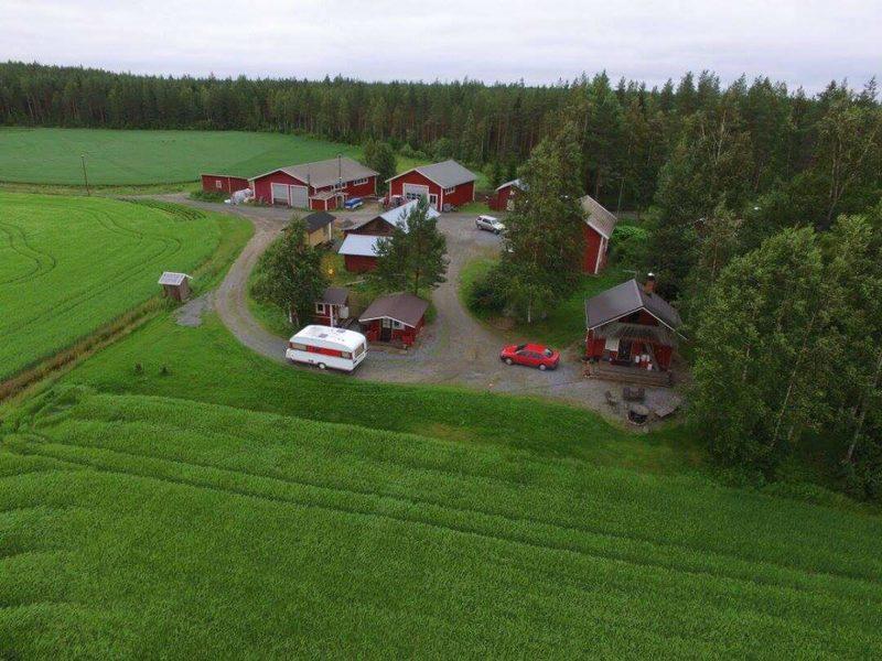 Ilmakuva Hirsimökki-Kotikolosta ja Ilomäen maatilasta