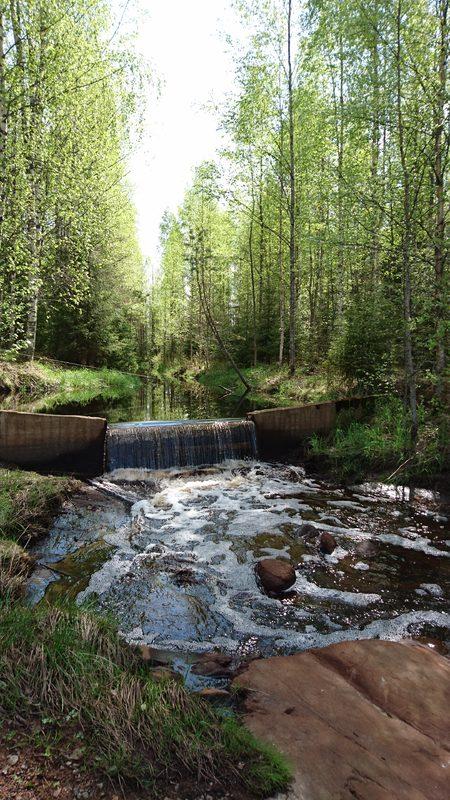 Mökin vieressä virtaava puro