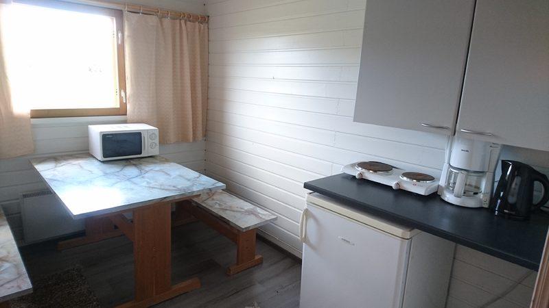 Yhdessä mökissä pieni keittiö ja kaksi vuodetta
