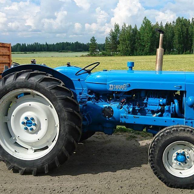 Vanha entisöity traktori
