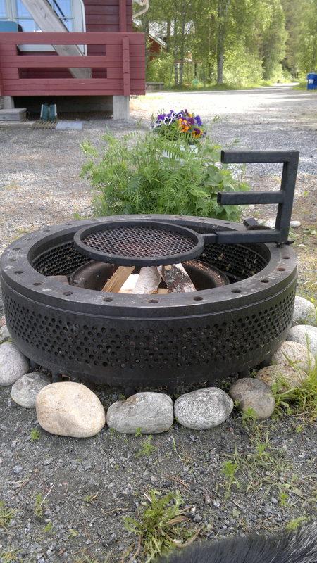 Puukäyttöinen grilli grillausvälineineen