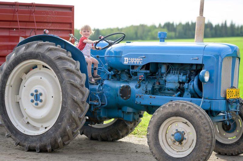 Traktorissa istuskelua