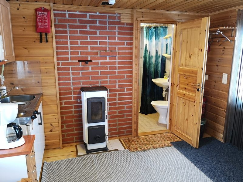 Alakerran huone ja kylpyhuone