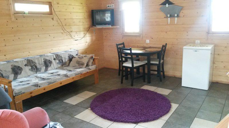 Ketunpesä - Ketunpesässä on yöpymismahdollisuus kahdelle henkilölle, sauna sekä sähköpistoke asuntoautoa/vaunua varten heti mökin vieressä.  -Olohuoneessa keittiö, takka sekä nukkumaparvi -Mukava terassi aurinkokatteella -Majoitustilat 2:lle henkilölle -Hinta 85€/vuorokausi -Lisähinnat: Lemmikkimaksu 20,€ liinavaatteet 12€/hlö, loppusiivous 50€