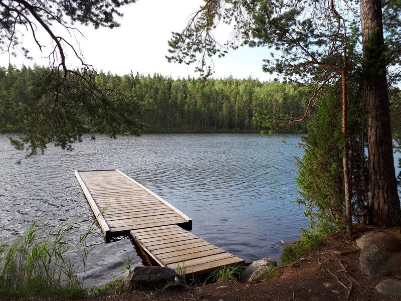 Melontalaituri - Leirialueen rannasta löytyy melontalaituri.
