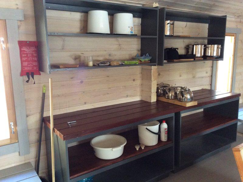 Perusvarustelu - Leirituvasta löytyvät perusvälineet tiskaukseen ja ruoan valmistukseen