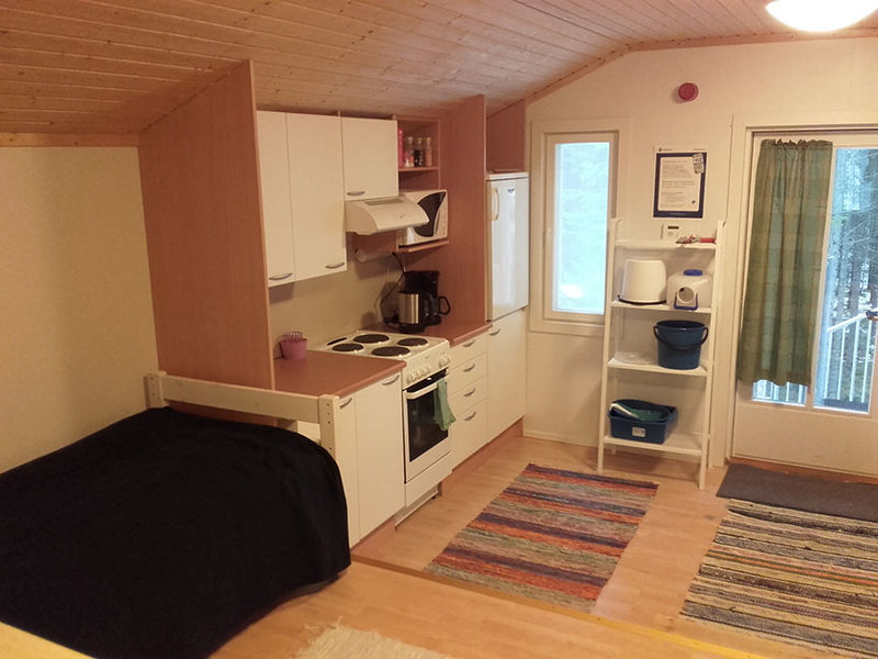 Keittiönurkkaus - Keittiössä on hyvä varustelu. Löytyy mm. liesi ja uuni, jääkaappi, mikroaaltouuni ja ruokailuvälineitä.