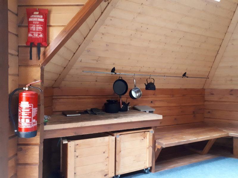 Perusvarustelu - Kodan varustelusta löytyy likavesi ja puhdasvesiämpärit sekä kattilat ja pannut ruoan valmistukseen.