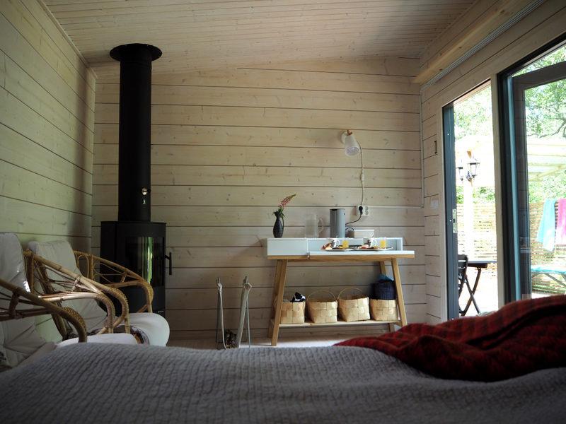 Majoitustila - Saunahuone, jossa 180cm leveä sänky. Lisäksi käytössä pieni aitta.